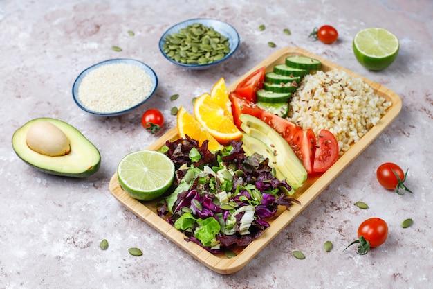 Concepto de comida sana vegetariana equilibrada, ensalada de verduras frescas, tazón de buda Foto gratis