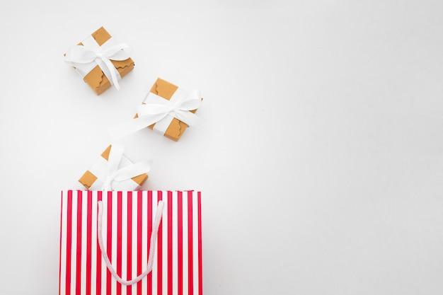 Concepto de compras hecho con cajas de regalo y bolsa de compras Foto gratis