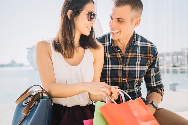 Concepto de compras con pareja en un día soleado Foto gratis