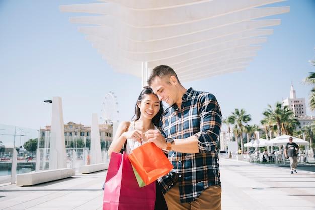 Concepto de compras con pareja en puerto Foto gratis