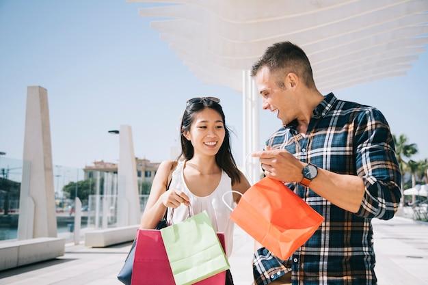 Concepto de compras con pareja en verano Foto gratis