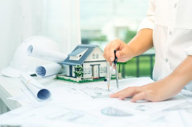 Concepto de construcción con herramientas de ingeniería. Foto gratis