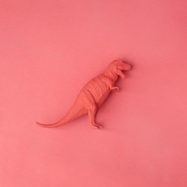 Concepto de coral vivo. juguete de dinosaurio tyrannosaurus sobre fondo de coral vivo Foto Premium