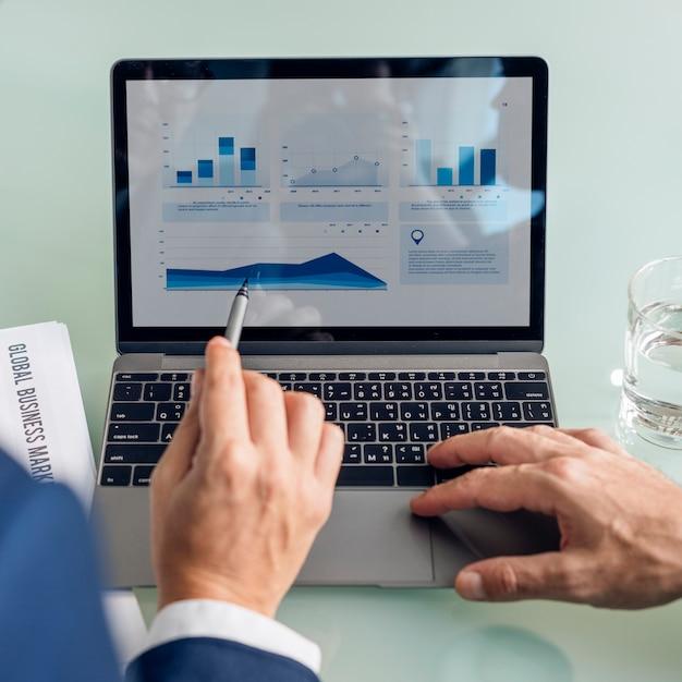 Concepto de los datos del informe de la carta del gráfico de la reunión de reflexión del negocio Foto gratis