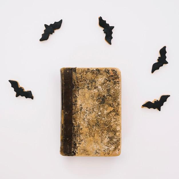 Concepto de halloween con libro y murciélagos | Descargar Fotos gratis