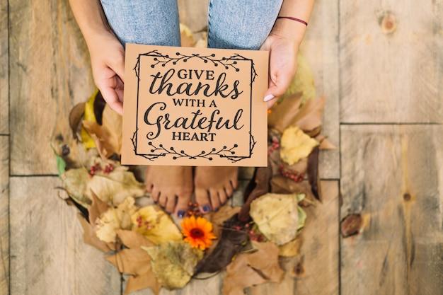 Concepto de thanksgiving con mujer sujetando tarjeta de felicitaciones Foto Gratis