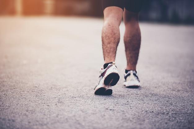 Concepto de deporte, cerca del hombre con el corredor en la calle Foto gratis