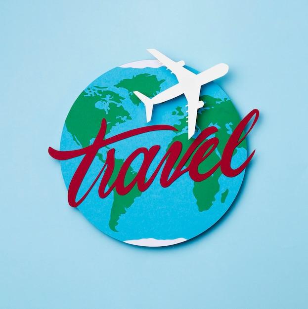 Concepto del día mundial del turismo con avión Foto gratis