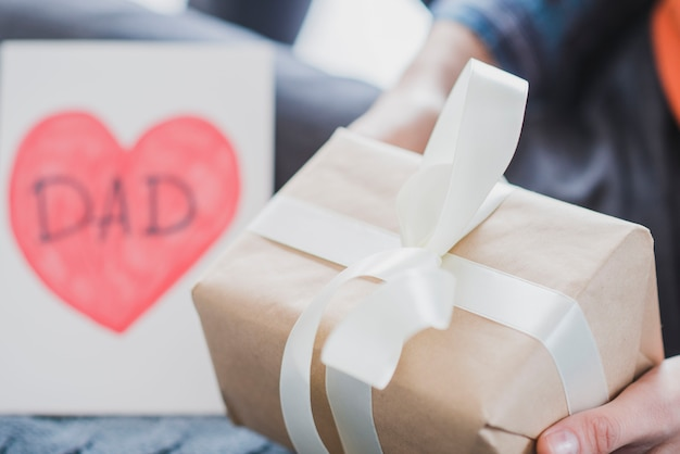 Concepto para el día del padre con caja de regalo Foto gratis