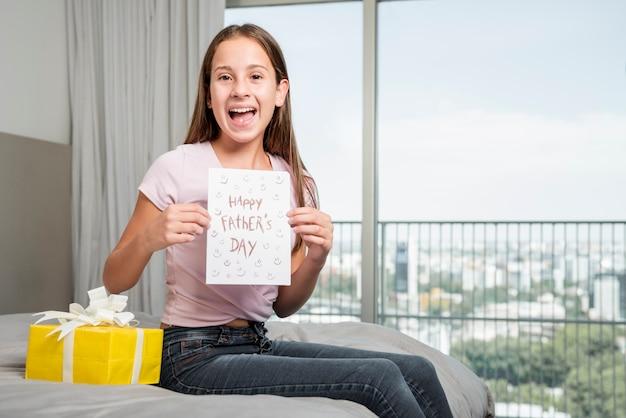 Concepto del día del padre con caja de regalo Foto gratis