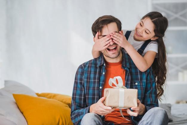 Concepto para el día del padre con hija tapando ojos del padre Foto Premium