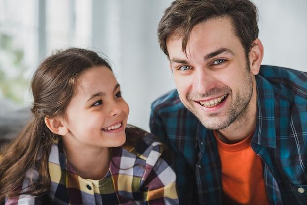 Concepto para el día del padre con padre e hija sonrientes Foto gratis