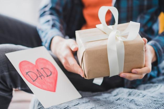 Concepto para el día del padre con regalo Foto gratis