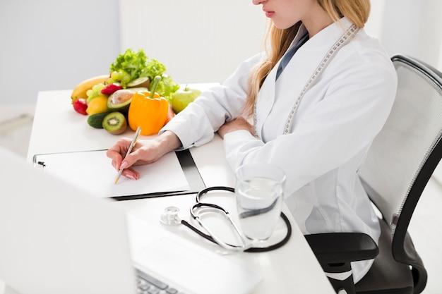 Concepto de dieta con científica y comida sana Foto gratis