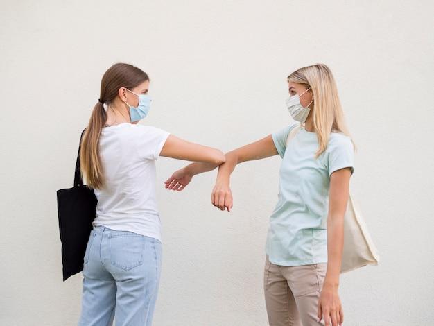 Concepto de distancia social con máscara médica Foto gratis