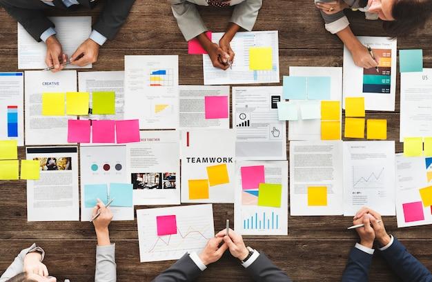 Concepto diverso de la reunión del intercambio de ideas de los hombres de negocios Foto Premium