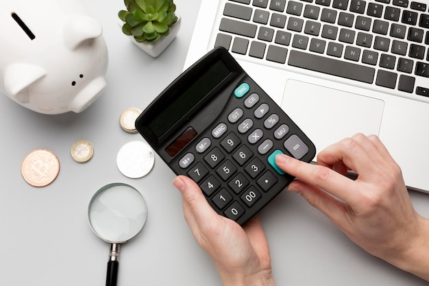 Concepto de economía con hucha y calculadora Foto Premium