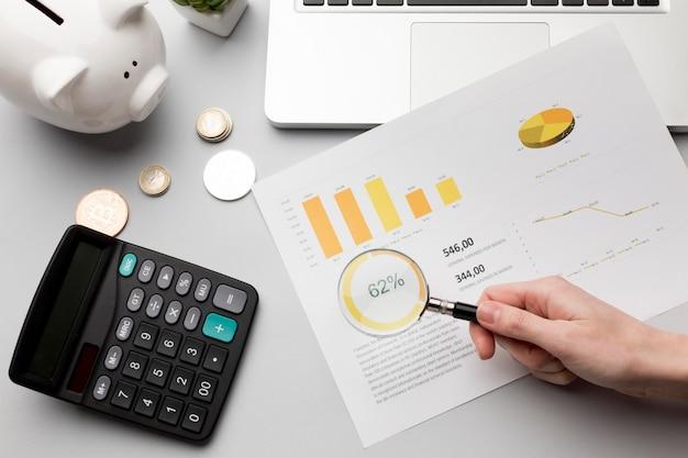 Concepto de economía con hucha y gráficos Foto Premium