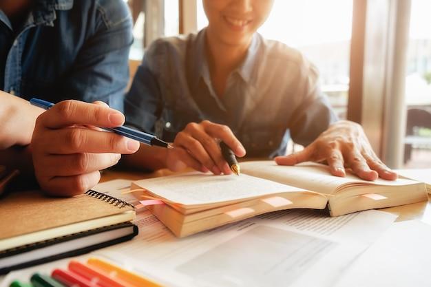 Concepto de educaciÃ?Æ?Ã?³n. estudiante, estudiar, brainstorming, campus, concepto cerca de los estudiantes que discuten su tema en libros o libros de texto. enfoque selectivo. Foto gratis