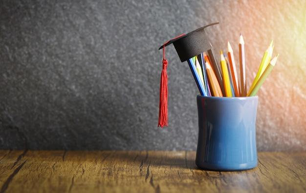 Concepto de educación y regreso a la escuela con gorro de graduación Foto Premium