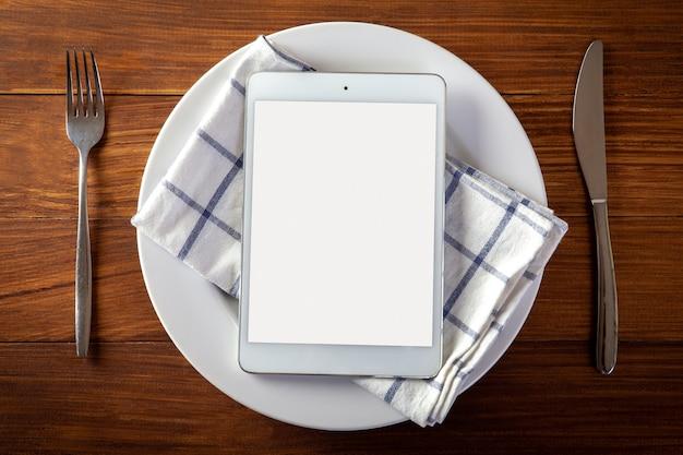 Concepto de entrega de alimentos con una tableta digital Foto Premium