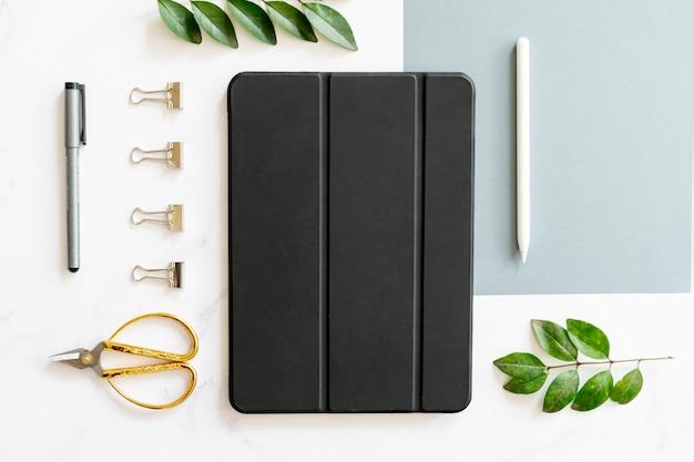Concepto de escritorio con ipad en plano Foto gratis