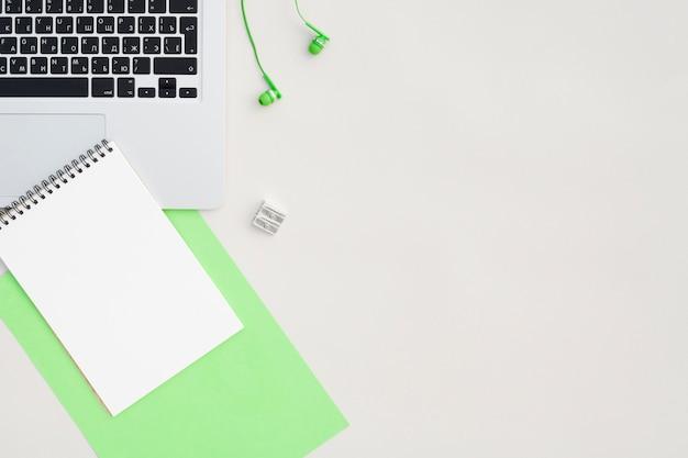 Concepto de escritorio de vista superior con espacio de copia Foto gratis