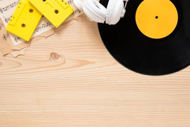 Concepto de escritorio de vista superior con tema musical Foto gratis