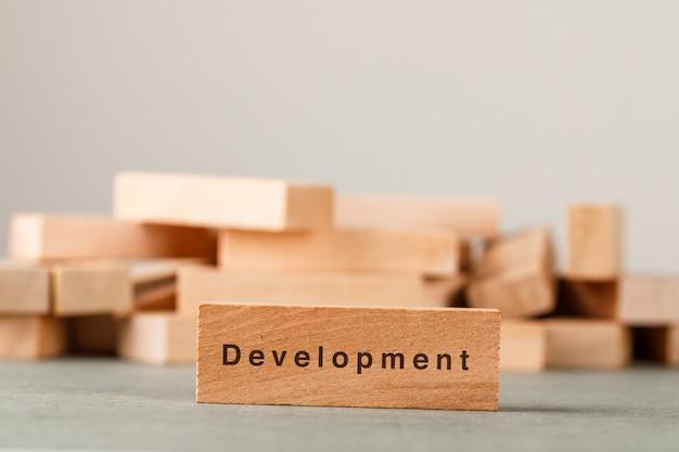 Concepto de estrategia empresarial y éxito con bloques de madera en la vista lateral de la pared gris y blanco. Foto gratis
