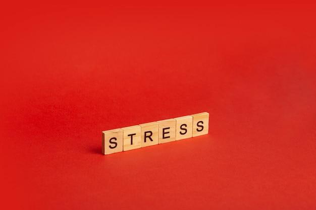 Concepto de estrés estrés sobre un fondo rojo vacío. un sentimiento de ansiedad, tensión, miedo e ira. Foto Premium