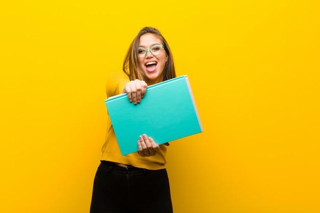 Concepto de estudiante joven bonita. con libros Foto Premium