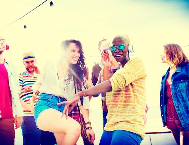 Concepto de la felicidad del partido de la playa de los amigos de los adolescentes Foto Premium