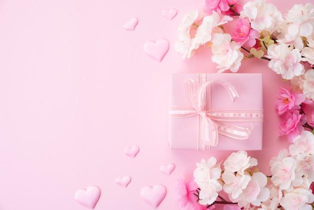 Concepto de feliz día de la madre. flor rosa con corazón de papel y caja de regalo. Foto Premium