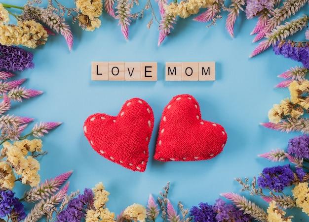 Concepto feliz del día de madre en fondo azul en colores pastel.