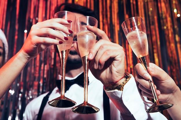 Concepto de fiesta de año nuevo con champán Foto gratis