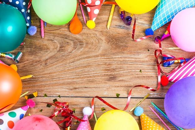 concepto fiesta de cumpleaños sobre fondo blanco vista superior patrón Foto Gratis