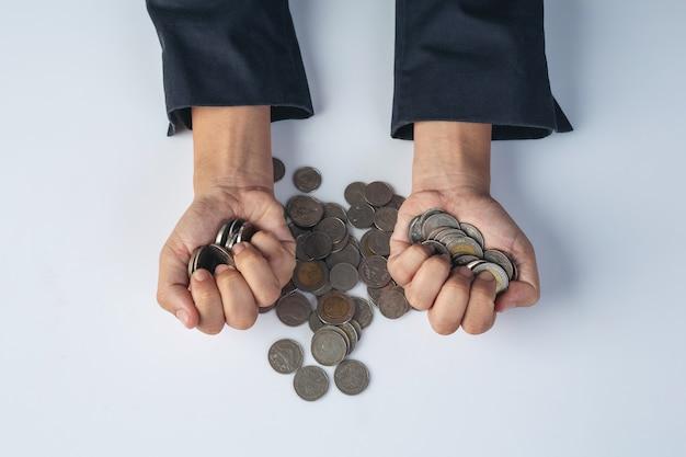 Concepto de finanzas y contabilidad. mujer de negocios con monedas en el escritorio Foto gratis