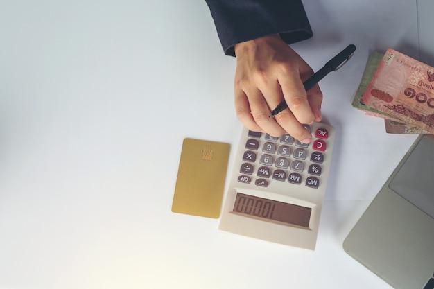 Concepto de finanzas y contabilidad. mujer de negocios trabajando en escritorio Foto gratis