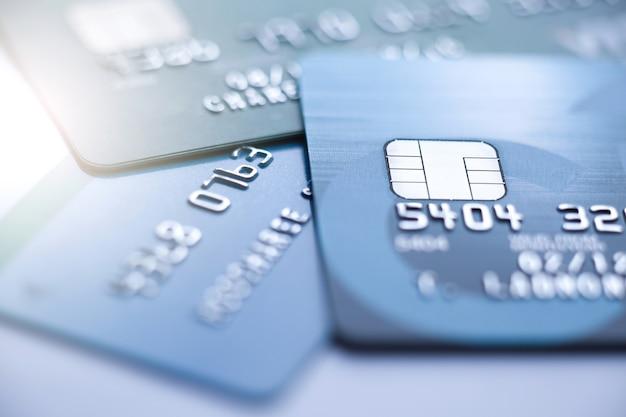 Concepto de finanzas, microchip de enfoque selectivo en tarjeta de crédito o tarjeta de débito. Foto Premium