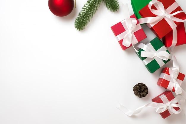 Concepto de fondo de marco de navidad. vista superior de la caja de regalo en blanco plano lay y copia espacio. Foto Premium