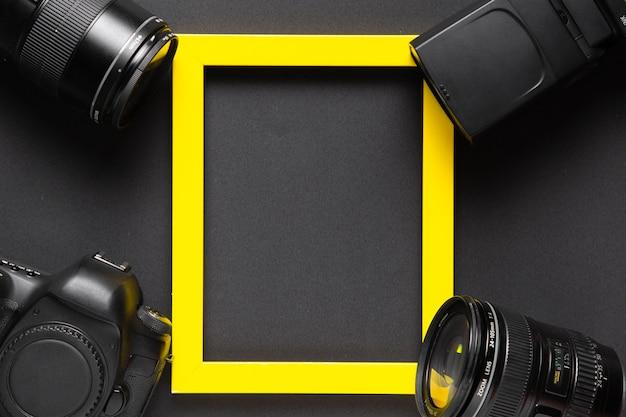 Concepto de fotografía con cámara y marco amarillo con espacio de copia Foto gratis