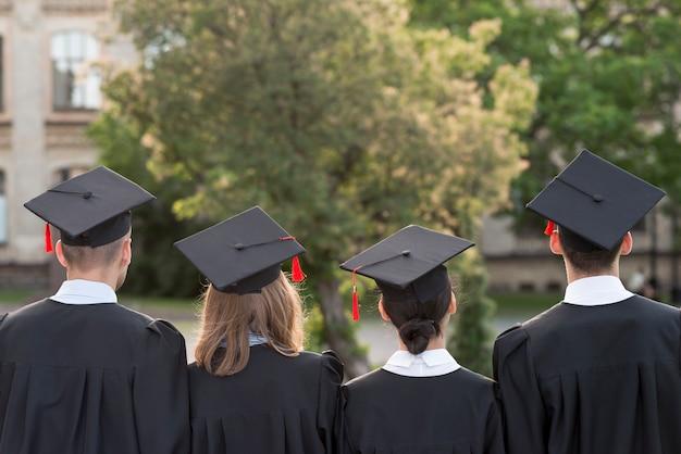 Concepto de graduación con estudiantes de detrás Foto gratis