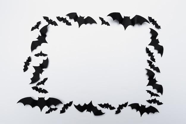 Concepto de halloween y decoración - murciélagos de papel volando Foto Premium