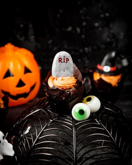 Concepto de halloween en la mesa Foto gratis
