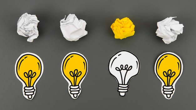 Concepto idea creativa e innovación con bola de papel Foto gratis