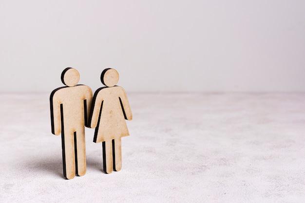 Concepto de igualdad de hombre y mujer de cartón con espacio de copia Foto gratis