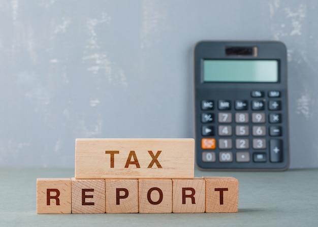 Concepto de informe fiscal con bloques de madera con palabras en la vista lateral. Foto gratis