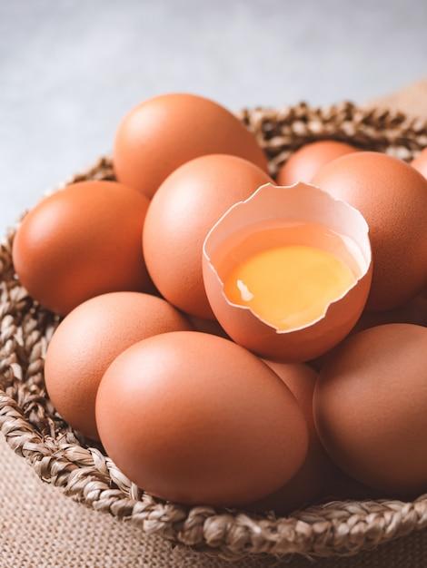 Concepto de ingredientes de alimentos orgánicos huevos de gallina Foto Premium