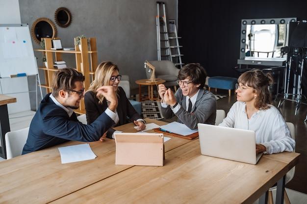 Concepto de inicio de la reunión de reflexión del trabajo en equipo de la diversidad. planificación de personas. Foto gratis