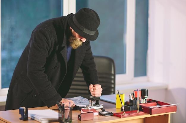 Concepto. ladrón roba en la oficina. espiar en la oficina. Foto Premium